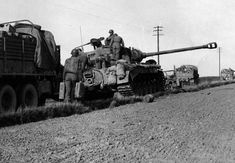 1945, Allemagne, Un char US Heavy Tank M26 Pershing lors d'une halte ravitaillement M26 Pershing, Thunder Strike, Ww2 Photos, Tank Destroyer, Ww2 Tanks, American Soldiers, Armored Vehicles, Sounds Like, Warfare