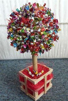 Jak się robi drzewko z cukierków? - Zapytaj.onet.pl - Candy Bar Bouquet, Gift Bouquet, Birthday Cupcakes, 2nd Birthday, Birthday Parties, Diy Party, Party Favors, Candy Arrangements, Sweet Trees