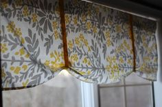 no sew valance from table cloth- SUPER simple! Could do similar valances on kitchen bay windows & over kitchen sink on tension rods....
