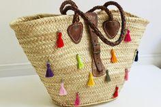 come realizzare le nappine e decorare una borsa di paglia in stile etno-chic