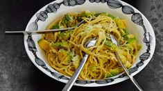 Kermainen avokadopasta Italy Food, Japchae, Pasta Dishes, Italian Recipes, Nom Nom, Sandwiches, Spaghetti, Food Porn, Good Food
