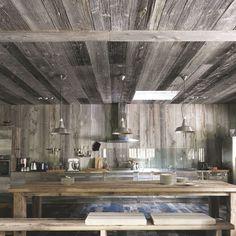 Maison en bois au Cap Ferret pour grande famille - Côté Maison Chalet Interior, Interior Design, Rustic Chic Kitchen, Masculine Interior, Minimal, Marble Fireplaces, Wooden House, House In The Woods, Kitchen Interior