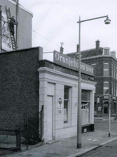 """Rotterdam Kralingen Crooswijk...""""Cafe Boezemzicht"""" op de hoek Boezemsingel/Boezemstraat (1959)...L.Loe"""