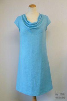 Linen dress, waterfall neckline Pellavamekko vesiputous-pääntiellä
