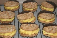 Trine`s Gule Bomber - suksesskjeks - Sweets 2 Share Norwegian Food, Norwegian Recipes, Cookie Exchange, Christmas Baking, All Things Christmas, Cupcake Cakes, Cupcakes, Cake Recipes, Deserts