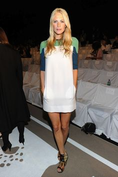 Poppy Delevingne Mini Dress - This color-block shift dress was a fun Fashion Week selection. Poppy Delevingne, Mercedes Benz, New York Fashion Week Street Style, Mini Vestidos, Lovely Dresses, Star Fashion, Spring Summer Fashion, Ideias Fashion, Casual