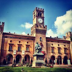 Depois do almoço foi a vez de explorar os lugares relacionados a Giuseppe Verdi, um dos maiores compositores de ópera da Itália! Mês que vem ele completaria 200 anos de vida - Instagram by @brunabartolamei