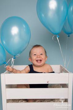 1- års fotografering gutt med blå bakgrunn og hallogenballonger