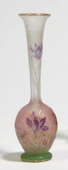 DAUM Nancy Vase à panse renflée sur base talon et col soliflore, en verre