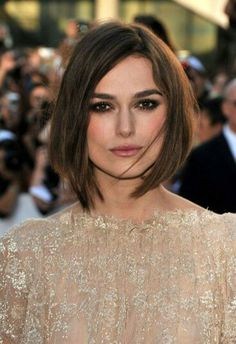 Also, her bob hairstyles are very trendy and stylish. You can check out this 20 Keira Knightley Bob Haircuts list for looking her different and amazing bob. Hairstyles With Bangs, Trendy Hairstyles, Wedding Hairstyles, Fall Hairstyles, Blonde Hairstyles, Sophie Charlotte Cabelo, Dark Hair Bangs, Keira Knightley Hair, Brown Bob Hair