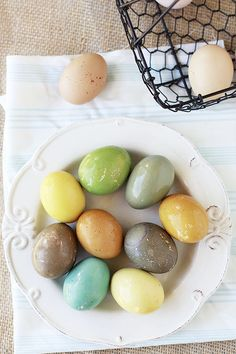 Naturally Dyed Easter Eggs using household items: coffee, tea, spices and wine! #yummymummy #easter