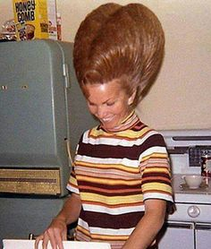 Found the bee hive where Honey Comb is made. Bad Hair Day, One Hair, Hair Dos, Funny Family Photos, Pelo Vintage, Awkward Photos, Retro Hairstyles, Funny Hairstyles, Natural Hairstyles