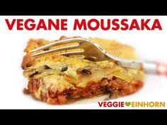 Unglaublich leckeres Rezept für griechische Moussaka: Der saftige Auflauf mit Auberginen, Kartoffeln und Tomatensoße ist vegetarisch und vegan. Der Auberginenauflauf mit veganem Hackfleisch ist ohne Fleisch und ohne Käse. Der Auflauf wird überbacken mit veganem Hefeschmelz mit Hefeflocken. Er ist super aromatisch und lecker! Ein tolles Mittag oder Abendessen, auch perfekt zum kochen für Gäste. #VeggieEinhorn #moussaka #vegetarisch #vegan #griechisch #aubergine #kartoffeln Lasagna, French Toast, Pie, Breakfast, Ethnic Recipes, Desserts, Food, Cooking Ideas, Vegan Ground Beef