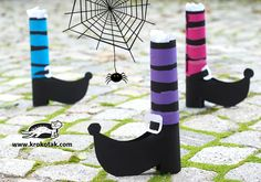 English is FUNtastic: Easy Halloween Craft - DIY the shoes of the witche. Diy Deco Halloween, Theme Halloween, Bricolage Halloween, Manualidades Halloween, Halloween Books, Halloween Crafts For Kids, Halloween Projects, Diy Halloween Decorations, Halloween Cards