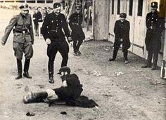 Tässä kuvassa saksalaiset poliisit rääkkäävät juutalaista.