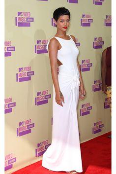 Rihanna en los MTV Awards con vestido túnica ideal para una boda en la playa.
