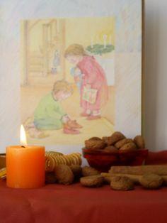 """Sinterklaas, schoen zetten met boek """" van winterkrans tot zomerdans op de achtergrond""""."""