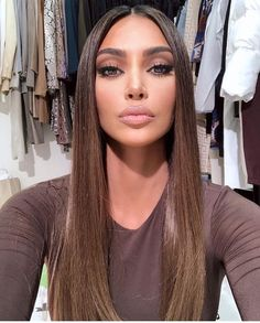 Kim Kardashian is an American actress, model, business woman and television producer. Kim Kardashian is 36 years old. Kim Kardashian's net capital for 2019 Wig Hairstyles, Straight Hairstyles, Hairstyle Short, Wedding Hairstyles, Maquillage Mary Kay, Long Wigs, Lace Hair, Silky Hair, Brown Hair Colors