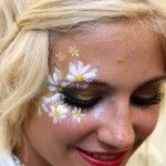 We Love Pixie Lott's Daisy Face Paint At V Festival 2011 See pictures of Pixie Lott having her face painted backstage at the Misha Terrett Cosmetics tent at V Festival 2011 Face Painting Designs, Paint Designs, Body Painting, Simple Face Painting, Face Painting Flowers, Hippie Carnaval, Beauty Secrets, Beauty Hacks, Beauty Ideas