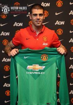 Manchester United have signed Spanish goalkeeper Victor Valdes on an contract. Manchester United Shirt, Manchester United Players, Man Utd News, Forever Red, Sir Alex Ferguson, Premier League Champions, Old Trafford, Man United, Goalkeeper