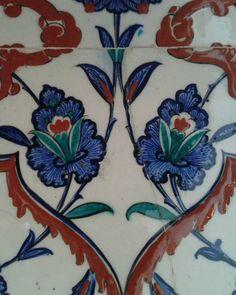 İznik çinisini diğer çinilerden ayıran en önemli özelliği,nefes almasını sağlayan gözenekli kuvars yapisidir.Çininin 4 katmaninda farkli oranlarda kuvars kullanilir.Ve bakildigi zaman bir derinliği vardir.Hakiki İznik çinisinde,sırçatlagi olusmaz ve yüzyıllar boyu bozulmadan kalır.#art #draw #craft #sanat #iznik #çini #beauty #ceramics #pottery #tiles #underglaze #glazed #frit #design #pattern #handmade #handcraft #handpainted #decorative #panel #ottoman #geleneksel #blue #coralred…