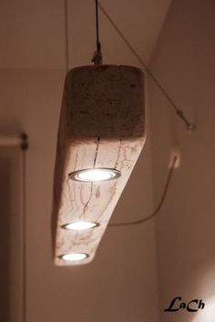 This leads spotlights is made in workshop starting from old wood on which they are received spotlights. Easy to do, this lighting system creates an originallight striking quite like this wood beam light.It can be hung by the steel cables supplied or ropes.Here Dimensions: 100 cm x 10 cm x 10 cm color: optional