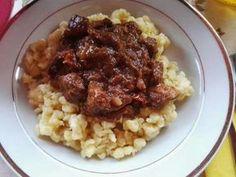 Vörösboros vaddisznó pörkölt bográcsban, galuskával Risotto, Bacon, Food And Drink, Pizza, Rice, Beef, Ethnic Recipes, Cooking, Meat