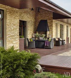 Терраса гостевого дома. Как и главный дом, эта постройка облицована камнем.