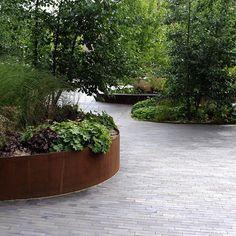 R U N D E B E D E af cortenstål og smukke grå klinker. Klinke PK15 #landscapearchitecturepark
