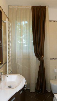 Elegante bagno con calata color cioccolato