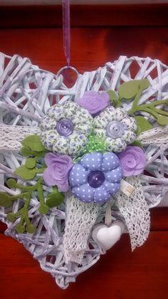 E cco una collezione di cuori per l'estate, pieni di colore per dare vivacità e mettere allegria Ho utilizzato stoffe coordinate nelle v... Fabric Wreath, Be My Valentine, Flower Crafts, Girl Room, Fabric Flowers, Heart Shapes, Floral Arrangements, Diy And Crafts, Wedding Decorations