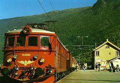 Flåm stasjon Aurland kommune Sogn og Fjordane fylke - tog og folk på perrongen 1960-tallet Foto: E.A. Vikesland, Aurland