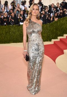 Topmodel Anna Ewers setzt mit ihrem silbernen One-Shoulder-Kleid von Hugo Boss ganz auf den thematisch perfekten Metallic-Look.