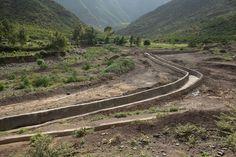 Dank Bewässerungskanälen können im Raya-Azebo-Tal nun Früchte und Kaffee angebaut werden. (Bild: Thomas Imo / Photothek) Country Roads, Mountains, Nature, Travel, Culture Shock, Country, Agriculture, Coffee, Photo Illustration