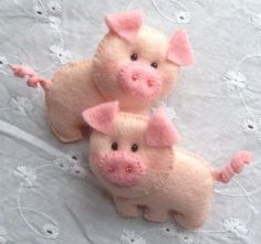 This adorable set of 2 little pigs hair clips are made with felt and attached to a 4cm barrette clip. Pigs Dimensions: approx. 6,5cm across, 4,5cm