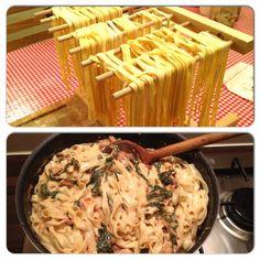 Zelfgemaakte pasta is zo lekker, en leuk om te maken! Met spinazie, ui, knoflook kip, rode peper en Boursin. #pasta #homemade #foodies #foodporn #instafood #healthy #genieten #chicascooking