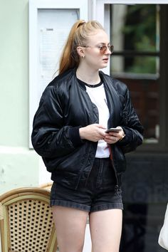 sophie-turner-leggy-in-shorts-out-in-hampstead-july-2016-7.jpg (1280×1920)