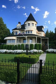 A cottage on Mackinac Island. OBSESSED with Mackinac Island, Michigan. There are no cars on the island! Mackinac Island, Victorian Cottage, Victorian Homes, Victorian Architecture, Architecture Design, Villas, Future House, My House, Beautiful Homes