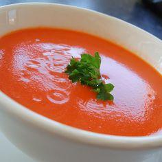 Cómo hacer sopa de tomate casera. Las sopas caseras constituyen uno de los alimentos más nutritivos puesto que se elaboran con ingredientes naturales, de origen vegetal o animal, que varían en función del tipo de sopa que queramos ela...