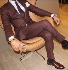Traje marrón para uso durante el día. Para darle un toque más sofisticado mézclalo con azules en camisa o corbata.