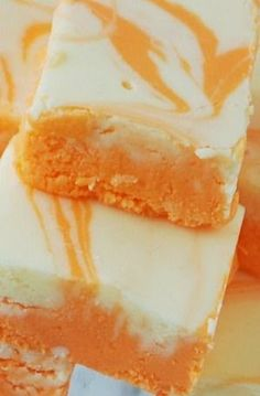 A creamy white chocolate and orange flavored fudge. Cool for 2 hours in the refrigerator to set it up quickly Orange Creamsicle Fudge Ingred. Köstliche Desserts, Delicious Desserts, Dessert Recipes, Awesome Desserts, Creative Desserts, Orange Creamsicle, Fudge Recipes, Candy Recipes, Bar Recipes