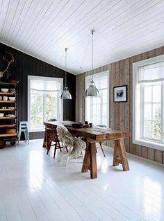 I Hanne og Pers fritidshus på et sneklædt fjeld i Norge er ro og afslapning i højsædet. Rammerne er enkle og rustikke, og møblerne er et miks af gamle fund med patina og behagelige nye løsninger, der indbyder til hygge med familien eller alene med en god bog ved pejsen.