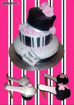 http://www.lemienozze.it/gallerie/torte-nuziali-foto/img32511.html Torta nuziale in stile fashion con particolari cupcakes a forma di scarpe