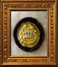 Royale Brosche mit Goldkrönschen, Straß und Pelzbesatz für ein Bühnenkostüm