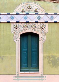 Хочу предложить вам вдохновиться такими, казалось бы, обычными объектми нашей жизни, как двери. Но не простыми, а выполнеными в стиле модерн, он же арт-нуво. Стиль этот сформировался в конце 19-го века и проник везде и всюду: архитектуре, искусстве, моде, рекламе. Лично меня завораживуют эти формы, природные узоры, орнаменты. Даже спустя десятилетия этот стиль остается одним из самых популярных при оформлении интерьера.
