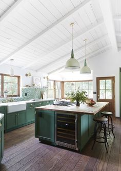 Green Kitchen Cabinets, Kitchen Cabinetry, Island Kitchen, Upper Cabinets, Room Kitchen, Kitchen Flooring, Kitchen Backsplash, Küchen Design, House Design