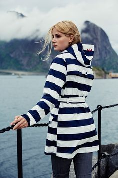 Helly Hansen Lyness Coat | Stripe Evening Blue | The classic Helly Hansen Fisherman's raincoat gets a facelift. The Lyness coat combines functionality and style for maximum rain protection. #retro #design