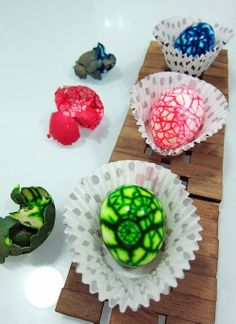 Colorful Marbleized Easter Eggs Tutorial, DIY Easter Eggs Ideas, DIY Holiday Crafts for Kids #marbleized #easter #eggs www.foodideasrecipes.com