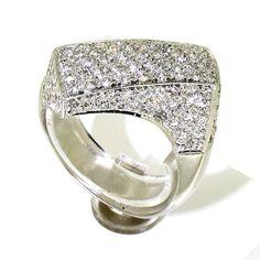 Witgouden ring met diamant. 18 kt. witgouden fantasie ring gezet met 120 briljant geslepen diamanten met een totaal gewicht van +/- 3.50crt, kleur Wesselton, zuiverheid Si.   ringen   zilveren ring   silver rings   silver rings jewelry   vintage rings   trouw ring   trouw ringen zilver   verlovingsring zilver   sieraden amsterdam   #spiegelgrachtjuweliers SpiegelgrachtJuweliers.com #ring #rings Vintage Silver Rings, Vintage Jewelry, Photography Courses, Luxury Watches, Jewels, Engagement Rings, Antiques, Diamond, Fancy Watches