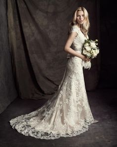 Schmales Brautkleid aus transparenter Spitze und Satin mit breiten Trägern, V-Ausschnitt und kurzer Schleppe von Ella Rosa gefunden bei www.weddingstyle.de
